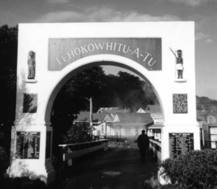 Whakarewarewa Village, Memorial Gateway, Rotorua (photo J Chong, 1998) - This image may be subject to copyright