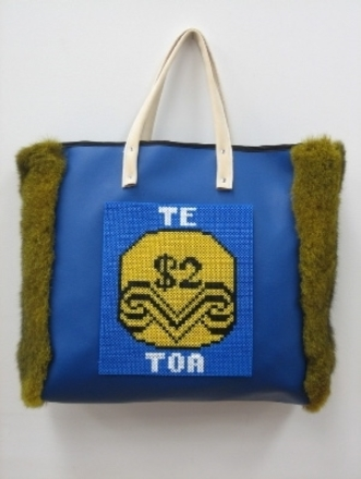 "bag, shopping (""Te $2 Toa"")"